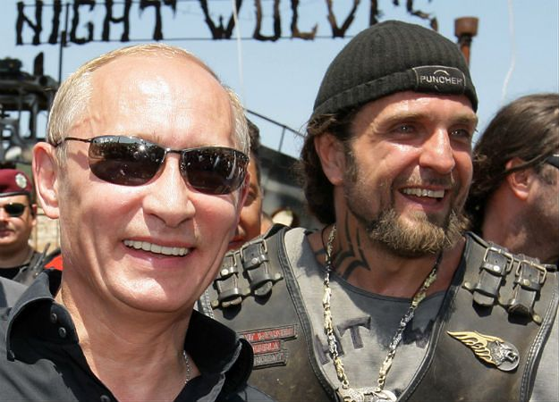 """Władimir Putin i Aleksandr Załdostanow """"Chirurg"""" - zdjęcie z lutego 2010 r."""