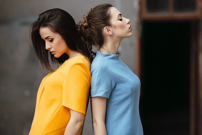 Żółta sukienka sprawdzi się nie tylko latem - z odpowiednimi dodatkami możemy nosić ten słoneczny kolor cały rok