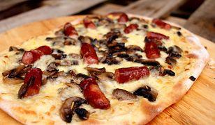 Pizza z białym sosem i frankfurterki. Domowe ciasto i pyszne dodatki
