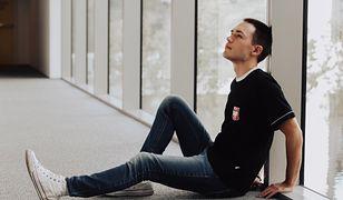 Trampki, jeansy i T-shirt to uniwersalny strój na chłodniejszy dzień latem