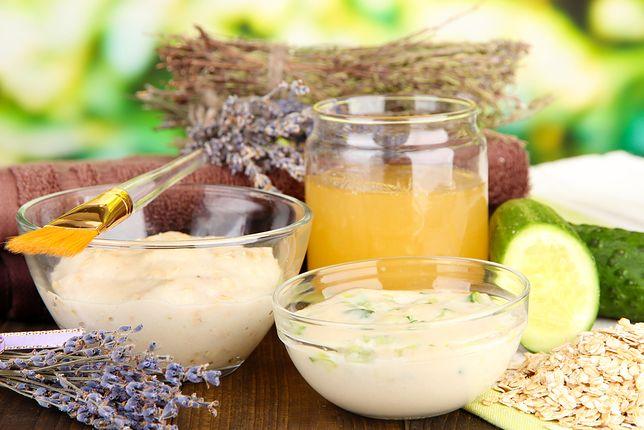 Do domowych maseczek oczyszczających dodaje się naturalne składniki