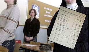 Lekcja religii - uczennica pokazała kartę pracy