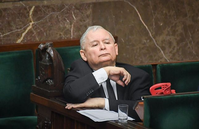 Jarosław Kaczyński wraca do sił po operacji. W badaniu pozycja PiS również osłabła.