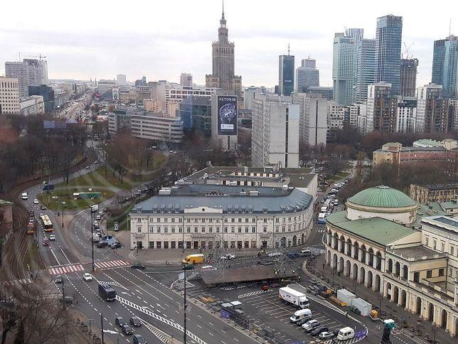 Warszawa. Na placu Bankowy trwa budowa sceny na imprezę sylwestrową