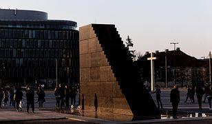 Poseł PO dostał odpowiedź. Wiadomo, ile kosztuje ochrona pomnika smoleńskiego
