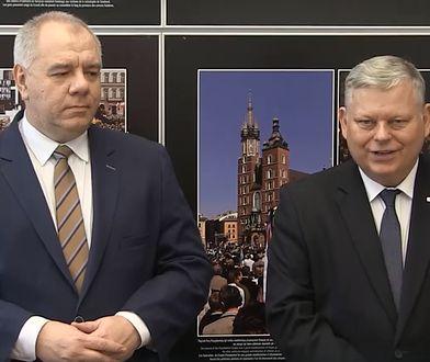 """Marek Suski i Jacek Sasin proszą o wpłaty. """"Pomnik ofiar katastrofy smoleńskiej nie jest jeszcze ukończony"""""""