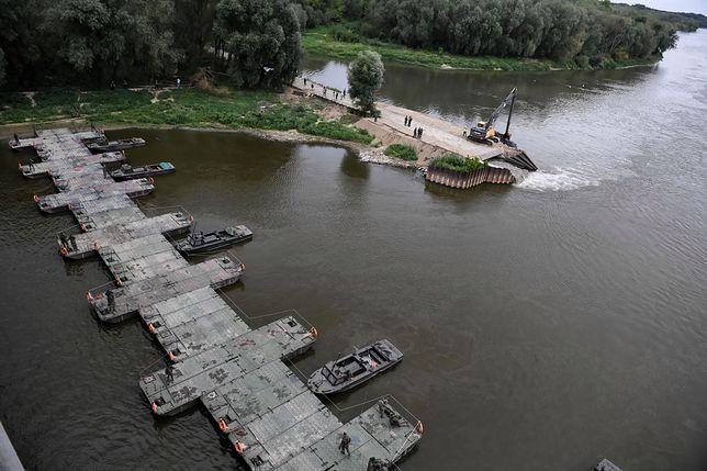 """Warszawa. Most pontonowy na Wiśle, wybudowany po awarii oczyszczalni ścieków """"Czajka"""""""
