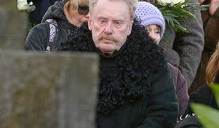 Daniel Olbrychski skrytykowany za zdjęcie na cmentarzu
