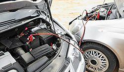 Jak naładować akumulator za pomocą kabli rozruchowych?