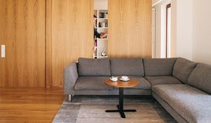 """Funkcjonalne mieszkanie z """"ukrytym"""" gabinetem. Zdjęcia wnętrz"""