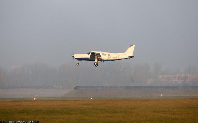 Awaryjne lądowanie małego samolotu w Markach k. Warszawy (zdjęcie ilustracyjne)