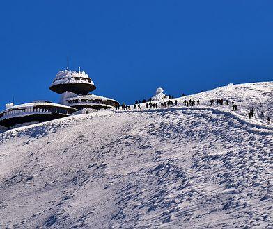 Śnieżka to popularny cel wycieczek zarówno latem, jak i zimą