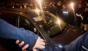 Prawie każdego 18. dnia miesiąca Jarosław Kaczyński Wawel. W grudniu 2016 roku jego samochód obrzucono jajami.