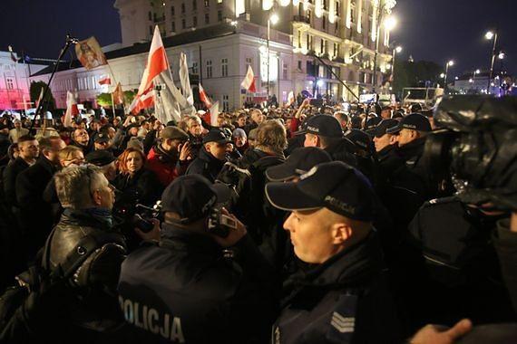 """Apel rodzin ofiar katastrofy smoleńskiej do kontrmanifestantów: """"potrzebujemy ciszy i spokoju"""""""