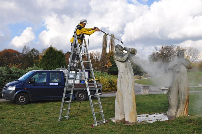 Warszawskie rzeźby przygotowane do zimy