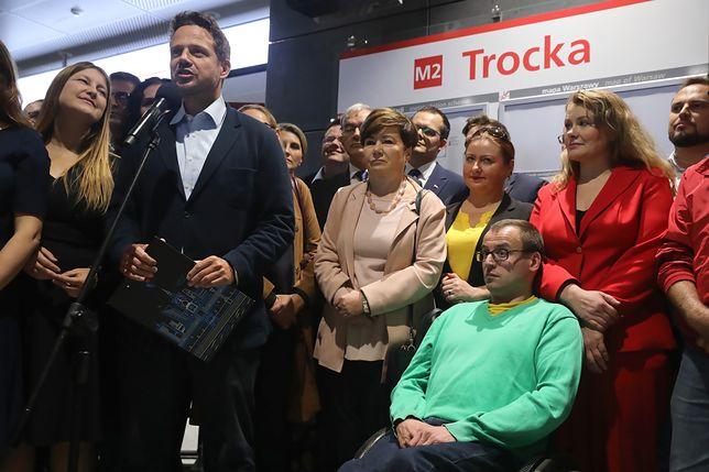 Rafał Trzaskowski na nowo otwartej stacji Trocka