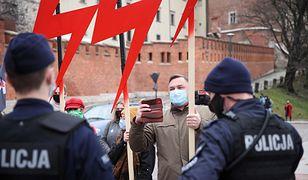 Rocznica pogrzebu pary prezydenckiej w Krakowie. Protest przed Wawelem