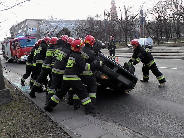 Dachowanie na S8 w Warszawie, interweniowali strażacy
