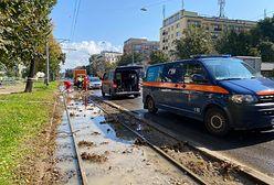 Warszawa. Awaria wodociągu w okolicach Al. Waszyngtona i Kinowej