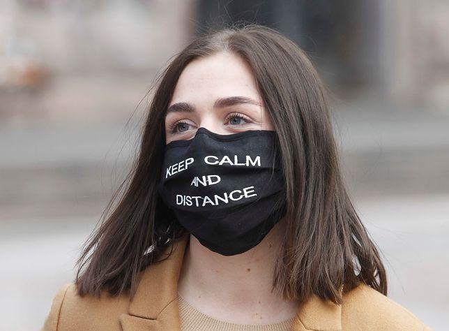 Maseczkowi sceptycy. Wirusolog i psycholog komentują argumenty Polaków, którzy unikają zasłaniania ust i nosa