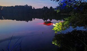 Kompletnie pijany turysta z Warszawy wjechał samochodem do jeziora