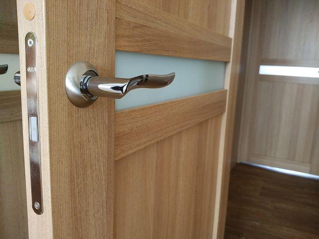 Klamki z błyszczącym wykończeniem pasują do nowoczesnych drzwi