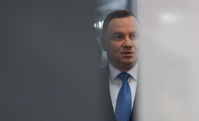 """Okładka """"Faktu"""" z Andrzejem Dudą o """"ułaskawieniu pedofila"""". Kolejne instytucje rezygnują z prenumeraty"""