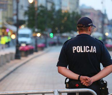 Krakowskie Przedmieście. Policjant zabezpiecza miesięcznicę