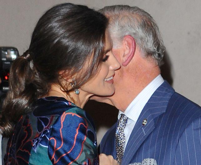 Książę Karol długo witał się z królową Hiszpanii. Podobno flirtowali