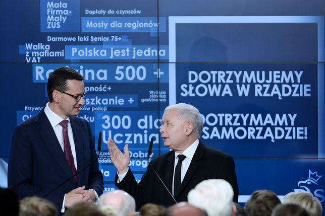 Premier Mateusz Morawiecki i prezes PiS Jarosław Kaczyński podczas wieczoru wyborczego