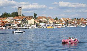 Mikołajki leżą w Krainie Wielkich Jezior Mazurskich, nad jeziorami: Tałty i Mikołajskim