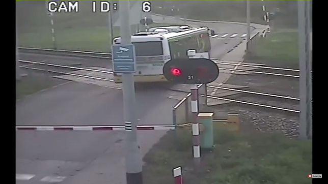 Kierowca autobusu utknął na torach kolejowych