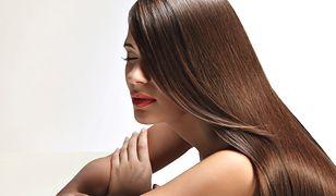 Piękne, brązowe włosy, pełne blasku, to wspaniała ozdoba, dodająca wdzięku każdej kobiecie