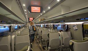 W pociągu obowiązuje nakaz zakrywania ust i nosa (Photo by Artur Widak/NurPhoto via Getty Images