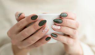 Zwykła emalia może utrzymać się na paznokciach nawet do tygodnia