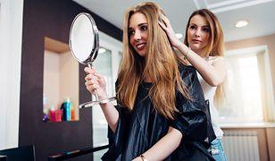 Odbudowa i regeneracja włosów u fryzjera jest możliwa dzięki takim zabiegom, jak keratynowe prostowanie, botoks włosów, wygładzanie pielęgnicą i sauna na włosy