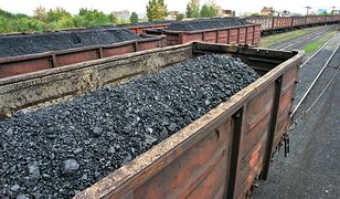 Złodzieje wysypali węgiel z obu stron pociągu, blokując tym samym wszystkie tory.