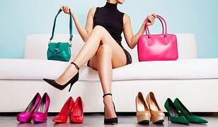 Kobieta, buty i torebki