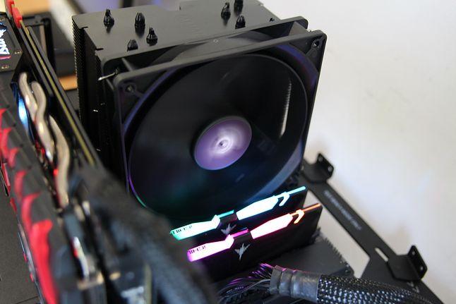 Wszystko w czerni z lekką domieszką RGB na pamięciach RAM. Takie rozwiązanie wydaje się być w punkt.