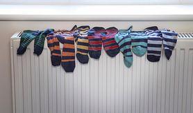 Suszenie ubrań na grzejnikach jest szkodliwe. Nie rób tego w zimie