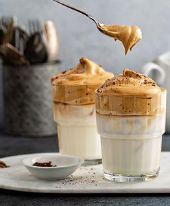 Dalgona coffee. Kawa o smaku krówki, którą zrobisz w kilka chwil