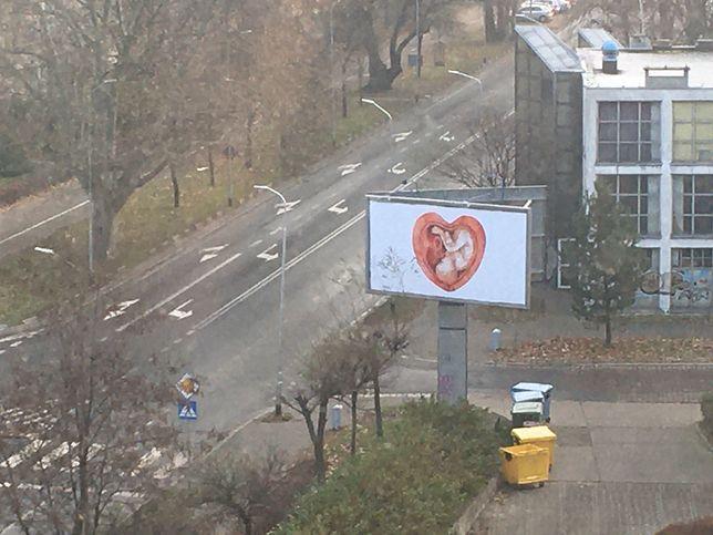 Kłodzko. Grafika, która zapełniła nośniki reklamowe w całej Polsce w grudniu, znów pojawi się w miejskiej przestrzeni. Tym razem z komentarzem zwracającym uwagę na wartość bezwarunkowej akceptacji oczekiwanego potomstwa
