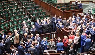 Sondaż: za kryzys parlamentarny odpowiada PiS