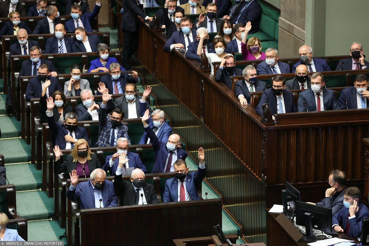 Posłowie PiS chcą pracować w rządzie. Zarobki i wpływy kuszą
