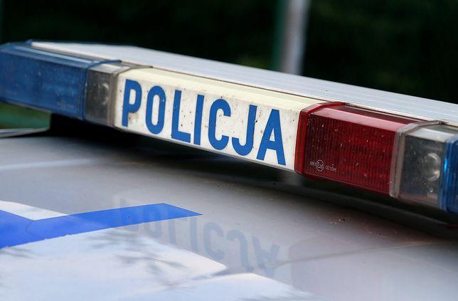 Warszawa. Policja bada sprawę dachującego samochodu