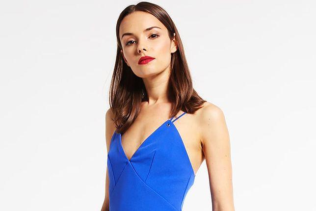W letnie dni warto wybrać sukienkę na ramiączkach w intensywnym kolorze