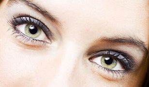 Zielone oczy możemy podkreślić sprawnie wykonanym makijażem