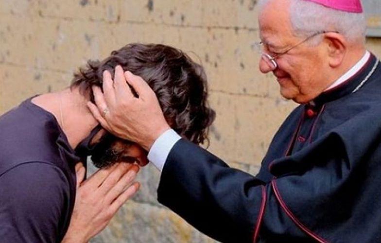 Ksiądz wyznał miłość kobiecie podczas mszy. Zaskakująca reakcja biskupa