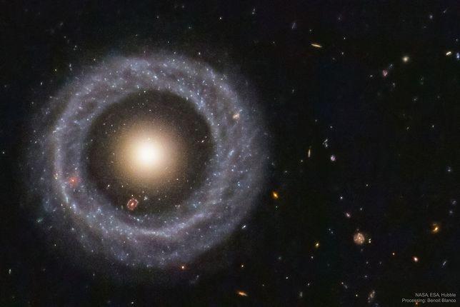 NASA: Obiekt Hoaga i niezwykła galaktyka wewnątrz...dwóch innych. Naukowcy nie wiedzą jak powstała