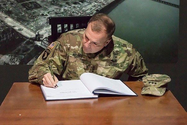 """Dowódca wojsk USA w Muzeum Powstania Warszawskiego. """"Nie wiedziałem, że tylu ludzi zginęło"""""""